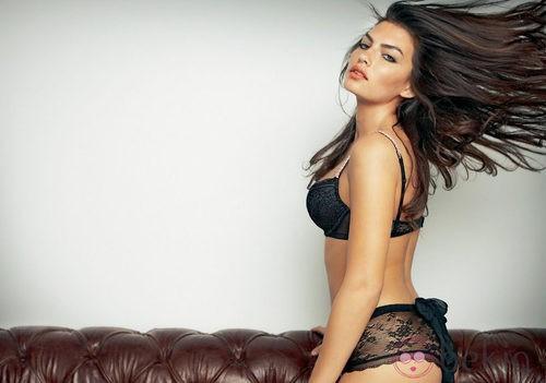 Alyssa Miller con culotte de encaje de Intimissimi, colección otoño 2011
