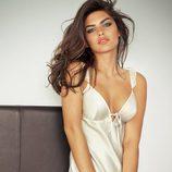 Alyssa Miller con camisón de satén de Intimissimi, colección otoño 2011