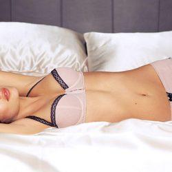 Alyssa Miller con conjunto rosa de Intimissimi, colección otoño 2011