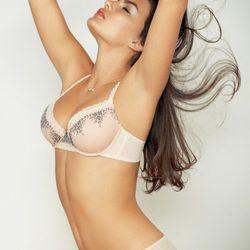 Alyssa Miller posa con los diseños más sensuales de Intimissimi para otoño de 2011