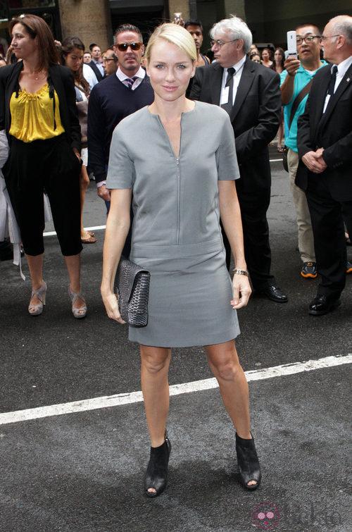 Naomi Watts en el desfile de Calvin Klein, colección primavera de 2012