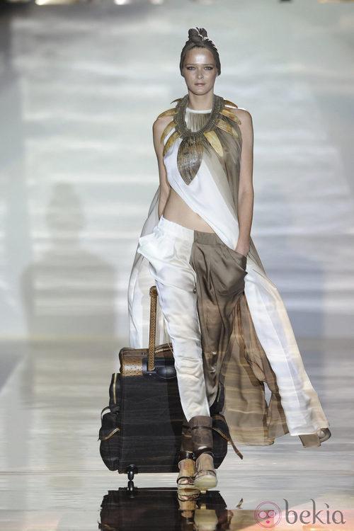 Pantalon bicolor marrón y blanco en el desfile de Roberto Verino en Cibeles