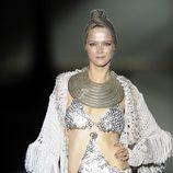 Carmen Kass desfila en triquini para Roberto Verino en Cibeles