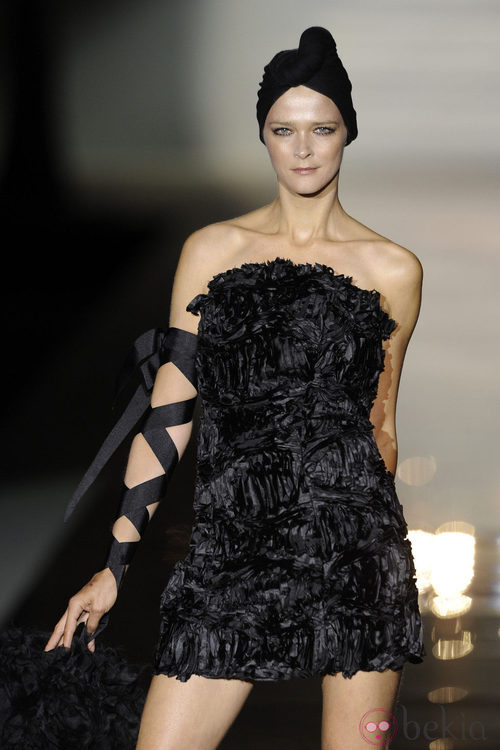 Carmen Kass con un vestido negro en el desfile de Roberto Verino en Cibeles