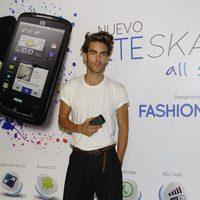 Jon Kortajarena promociona un móvil en la pasarela Cibeles