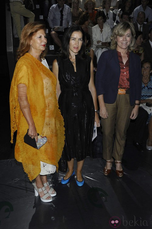 Carmen Alborch, Ángeles González-Sinde y Pilar del Castillo en el desfile de Jesús del Pozo, colección primavera 2012