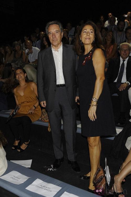 Iñaki Gabilondo y su mujer, Lola Carretero, en el desfile de Jesús del Pozo, colección primavera 2012