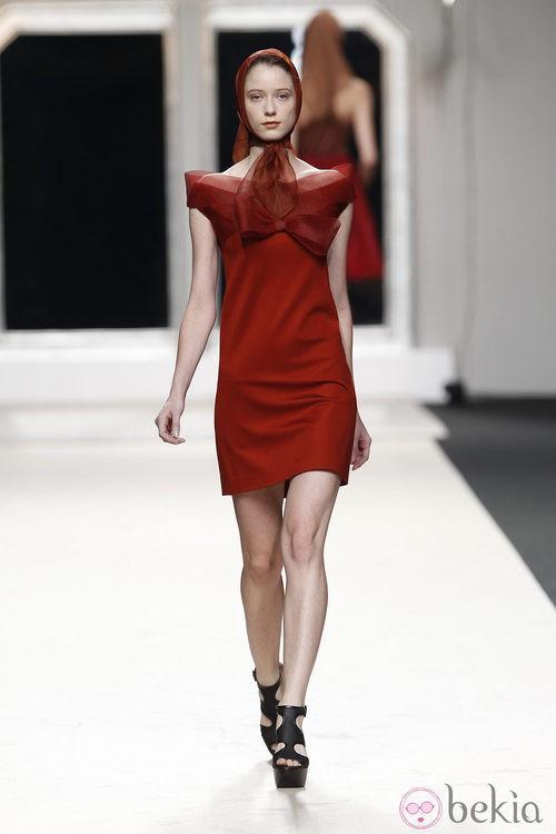 Vestido rojo teja de Jesús del Pozo en Cibeles, colección primavera de 2012