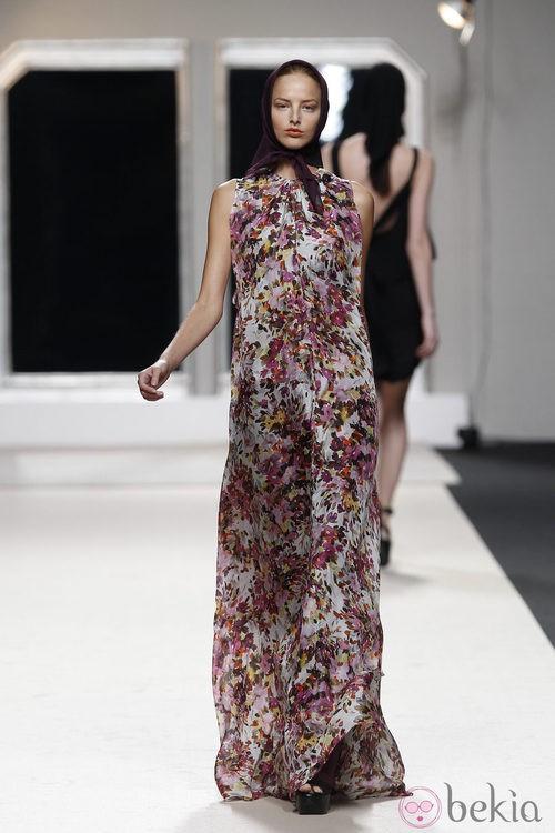 Vestido largo con estampado floral de Jesús del Pozo en Cibeles, colección primavera de 2012