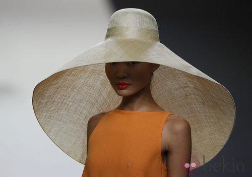 Vestido naranja con pamela beige de la colección primavera 2012 de Duyos en Cibeles 2011
