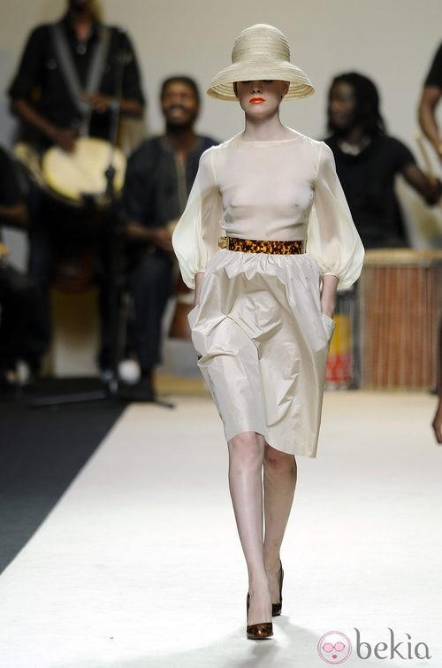 Vestido blanco con transparencias y sombrero de Duyos para primavera 2012 en Cibeles 2011