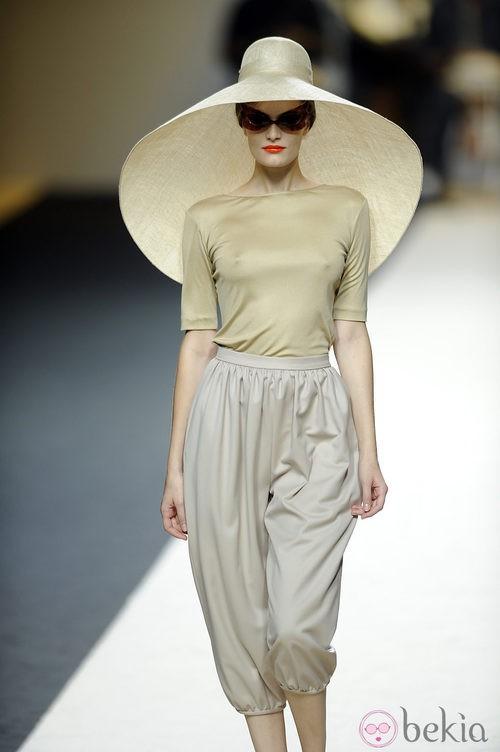 Conjunto dos piezas con pamela de Duyos para primavera 2012 en Cibeles 2011