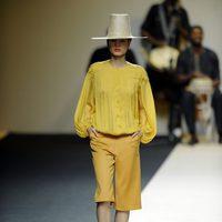 Dos piezas en tonos amarillentos y sombrero de Duyos para primavera 2012 en Cibeles 2011