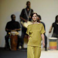 Carmen Kass con un vestido en tono aceituna de Duyos en Cibeles 2011