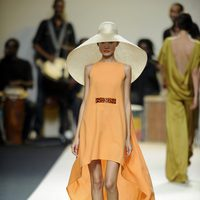 Vestido anaranjado con pamela de Duyos para primavera 2012 en Cibeles 2011