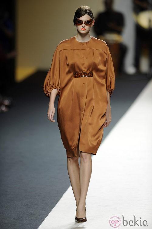 Vestido corto y ancho marrón de Duyos para primavera 2012 en Cibeles 2011