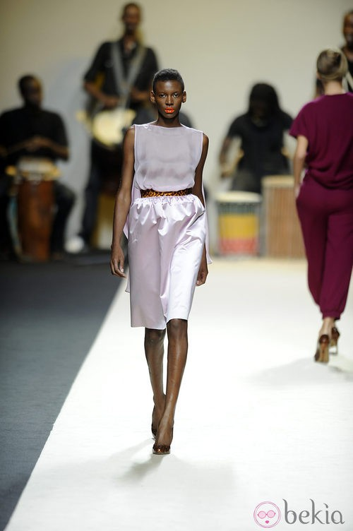 Vestido en tono malva con cinturón de Duyos para primavera 2012 en Cibeles 2011