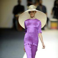 Vestido largo violeta con sombrero de Duyos para primavera 2012 en Cibeles 2011