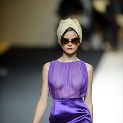 Vestido morado con transparencias y sombrero de Duyos para primavera 2012 en Cibeles 2011