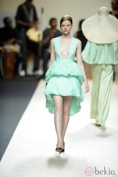 Vestido escotado azul claro de Duyos para primavera 2012 en Cibeles 2011