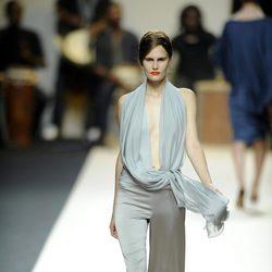 Conjunto con escote y pantalón gris de Duyos para primavera 2012 en Cibeles 2011
