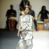 Vestido color plata asimétrico de Duyos para primavera 2012 en Cibeles 2011