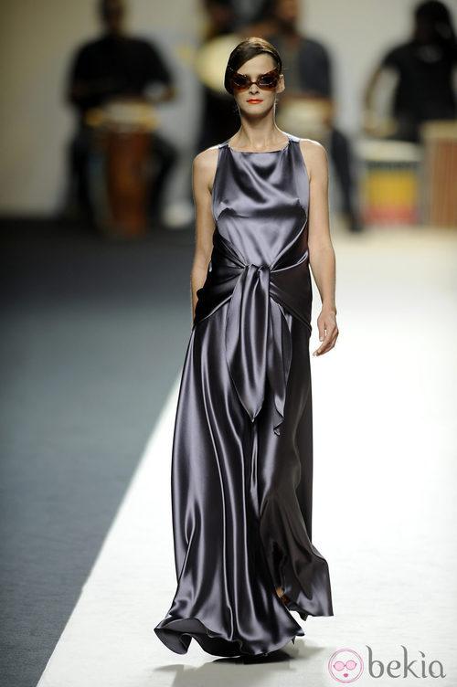 Carmen Kass con un vestido largo morado de Duyos para primavera 2011 en Cibeles 2011