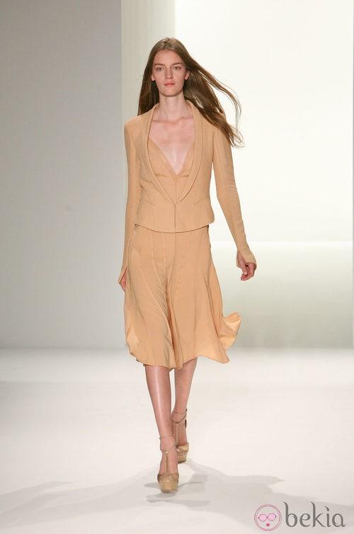 Traje de chaqueta en tono arena de Calvin Klein, colección primavera de 2012