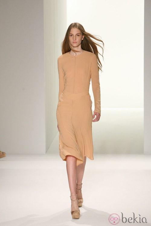 Vestido color arena de Calvin Klein, colección primavera de 2012