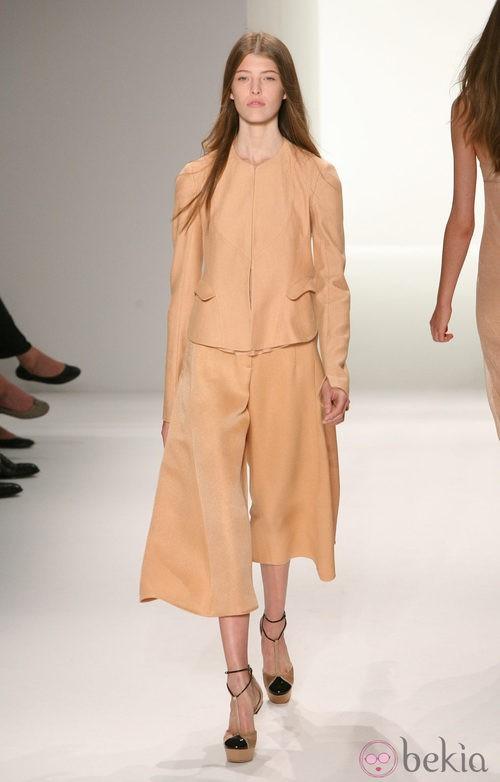 Traje con pantalón de Calvin Klein, colección primavera de 2012