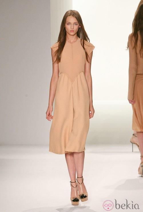 Vestido en tono nude de Calvin Klein, colección primavera de 2012