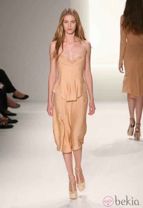 Conjunto en tono nude de Calvin Klein, colección primavera de 2012