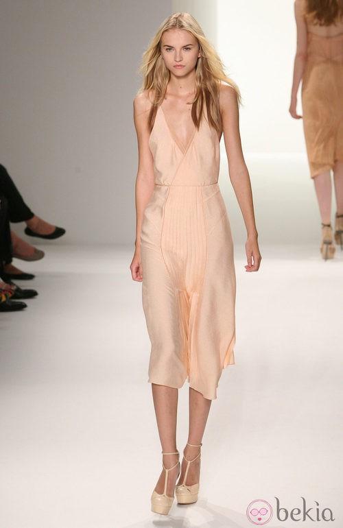 Vestido con escote pico de Calvin Klein, colección primavera de 2012