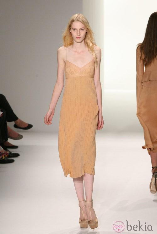 Vestido con líneas plateadas de Calvin Klein, colección primavera de 2012