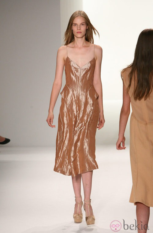 Diseño con brillo metalizado de Calvin Klein, colección primavera de 2012