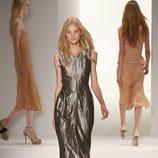 Vestido plateado de Calvin Klein, colección primavera de 2012