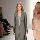 Abrigo gris de Calvin Klein, colección primavera de 2012