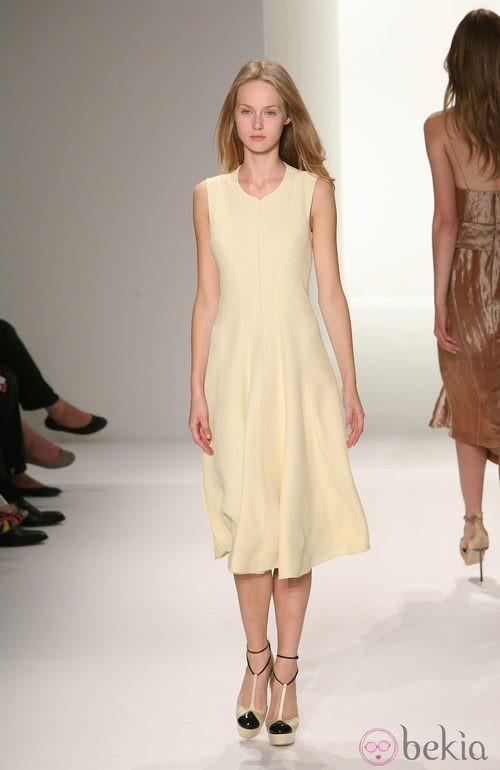 Vestido en tono marfil de Calvin Klein, colección primavera de 2012