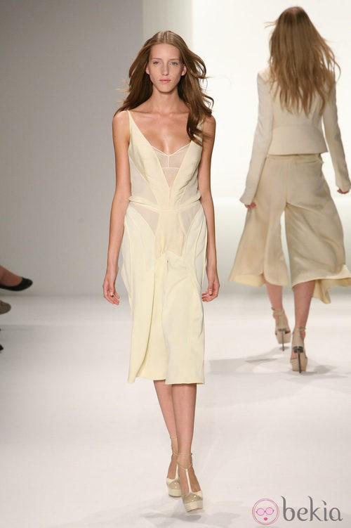 Diseño en tono marfil de Calvin Klein, colección primavera de 2012