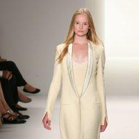 Abrigo en tono marfil de Calvin Klein, colección primavera de 2012