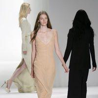 Vestido largo color nude de Calvin Klein, colección primavera de 2012