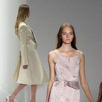 Vestido malva con brillo plateado de Calvin Klein, colección primavera de 2012