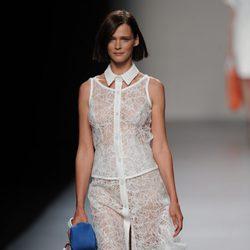Vestido blanco con cuello en el desfile de Adolfo Domínguez, colección primavera 2012