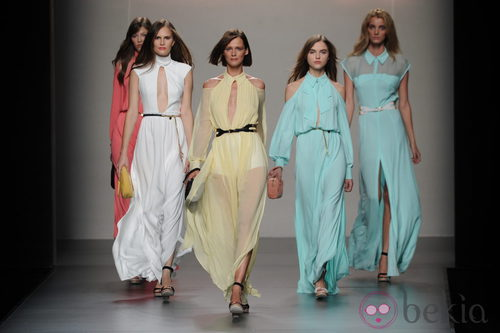 Vestidos vaporosos en tonos pastel en el desfile de Adolfo Domínguez, colección primavera 2012