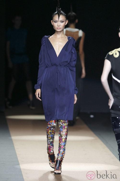 Vestido azul drapeado de Miguel Palacio, colección primavera de 2012