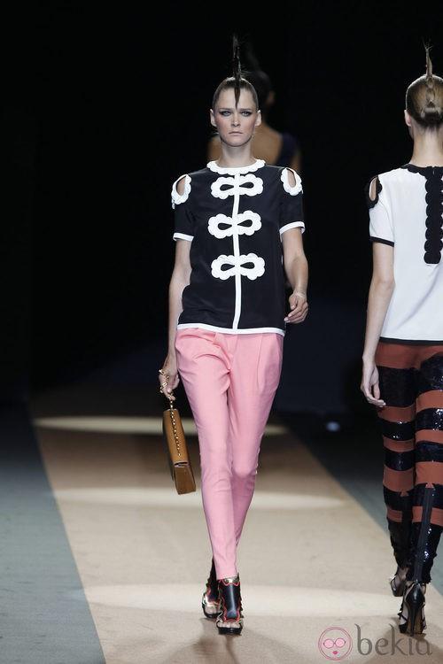 Pantalón bombacho rosa de Miguel Palacio, colección primavera de 2012