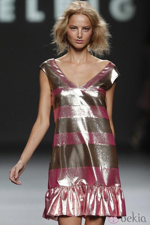 Vestido metalizado a rayas de Teresa Helbig, colección primavera de 2012