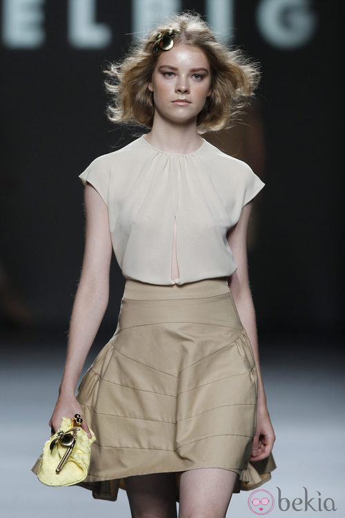 Falda con fruncido trasero de Teresa Helbig, colección primavera de 2012