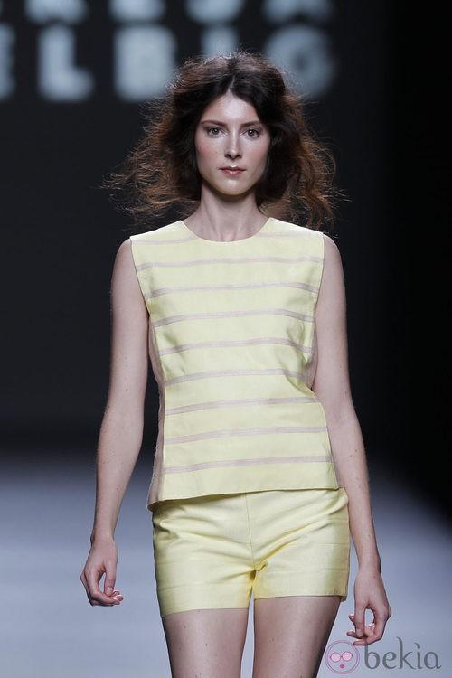 Short amarillo de Teresa Helbig, colección primavera de 2012