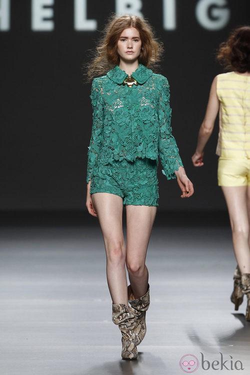 Traje de chaqueta calado con short de Teresa Helbig, colección primavera de 2012